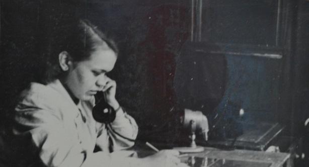 информатор т.Нагибина принимает телефонограмму со станции Синарская об отправленном поезде