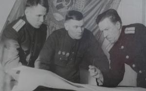 станционный диспетчер т.Логинов разбирает график исполненной работы с дежурными по станции т.Нагибиным и Сутягиным