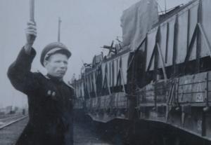 дежурный по станции т.Бобыкин провожает поезд с грузом на целинные земли