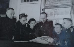 маневровые диспетчеры Мещеряков и Самочёрнов,инжинер Петухов,конторщики Потапова и Белоносова,составитель Пушкарёв обсуждают итоги работы.