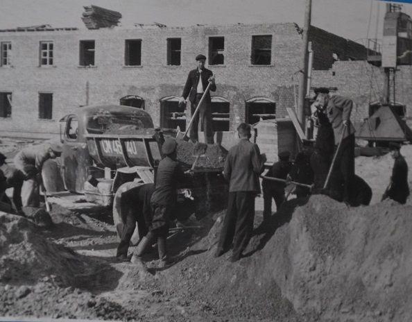 в июне 1953 года началось строительство трамвайной линии от почты до семи ключей