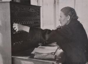 дежурный централизованного поста т.Кузнецова готовит маршрут для отправления поезда
