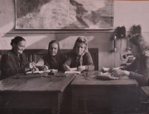 смена старшего оператора технической конторы т.Клевцовой (первая справа) за работой