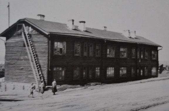 первый двухэтажный дом станционного посёлка
