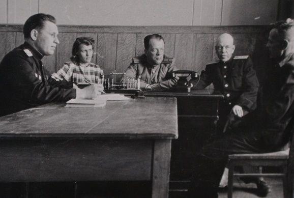 лучший башмачник тов.Бубела сдаёт испытания в мае 1953 года