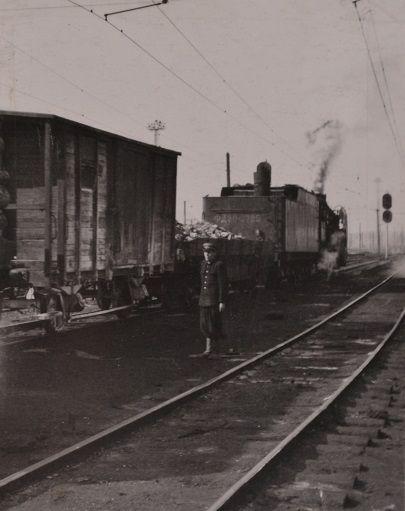 Сигнал открыт.Дежурный по парку отправления т.Крутаков провожает поезд